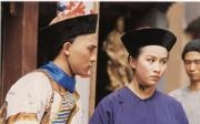 1984年電視劇《鹿鼎記》:梁朝偉(左)飾演韋小寶,劉嘉玲(右)飾演方怡,是韋小寶的其中一名妻子。(劇照)