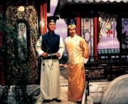 1981年電影《書劍恩仇錄》,狄龍(左)飾陳家洛,白彪(右)飾乾隆。(劇照)