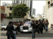 花車離開大宅被記者包圍。(資料圖片)