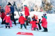 【外訪挪威】英國劍橋公爵夫人凱特(右二)與參加滑雪訓練的小朋友(法新社)