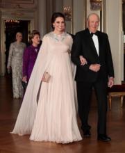【外訪挪威】英國劍橋公爵夫人凱特(左)與挪威國王哈拉爾五世(Harald V,右)。(法新社)