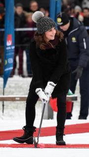 2018年1月30日,凱特外訪瑞典,試玩俄式冰上曲棍球。(法新社)