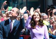 2017年7月21日,威廉王子與凱特到訪德國漢堡,受到群眾熱烈歡迎。(法新社)