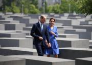 英國威廉王子與妻子凱特參觀the Holocaust Memorial。(Kensington Royal Twitter圖片)