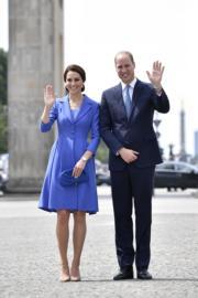 威廉王子與凱特在德國柏林勃蘭登堡門前留影。(法新社)