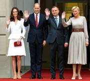 2017年7月17日,英國劍橋公爵伉儷威廉王子和凱特、喬治小王子、夏洛特小公主,一家外訪抵達波蘭華沙。圖片左起:竌特、威廉王子、波蘭總統Andrzej Duda及夫人Agata Kornhauser-Duda。(法新社)
