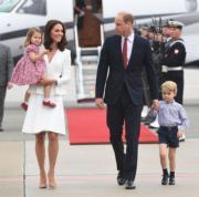 2017年7月17日,英國劍橋公爵伉儷威廉王子和凱特,展開為期5日的波蘭及德國訪問,喬治小王子和夏洛特小公主也有同行。(法新社)