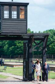 2017年7月18日,英國劍橋公爵伉儷威廉王子和凱特,在波蘭Gdansk附近參觀集中營 (Stutthof concentration camp)。(法新社)