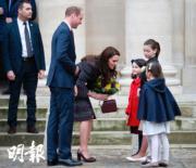 2017年3月,法國兒童在榮軍院外歡迎威廉王子夫婦,並向凱特獻上鮮花。(法新社)