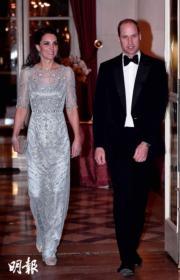 2017年3月,凱特(左)與威廉王子(右)在法國出席晚宴。(法新社)