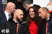 2017年3月,凱特 (右二) 在法國體育場觀看橄欖球六國錦標賽。(法新社)