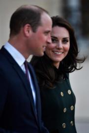 2017年3月,威廉王子(前)與凱特(後)訪問法國。(法新社)