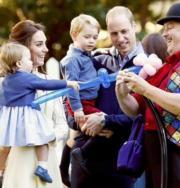 2016年,英國劍橋公爵伉儷威廉王子及凱特一家四口外訪。(法新社)