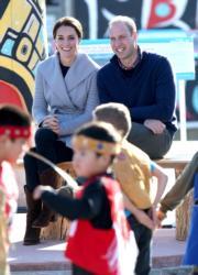 2016年9月29日,英國威廉王子 (後排右) 與凱特 (後排左) 仍在加拿大出訪。(法新社)