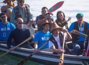 2016年9月30日,威廉與凱特到訪海達格爾島(Haida Gwaii),與眾人划獨木舟。(法新社)
