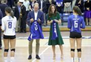 2016年9月27日,威廉與凱特在加拿大Kelowna大學睇排球賽,獲贈球衣。(法新社)