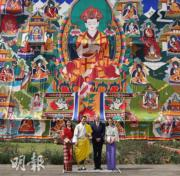 左起:不丹王后、國王、英國威廉王子、凱特 (法新社)