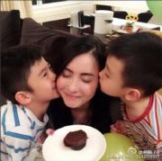 兩個小帥哥送吻特別甜。(資料圖片)