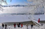 2018年1月,遊人在吉林市松花江畔欣賞霧淞。(新華社)