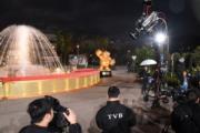 頒獎禮前藝人要行紅地氈,要圍繞噴水池搭建的舞台行一圈。