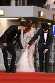 透視裙令劉佩玥舉步難移。