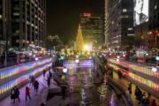 【世界各地迎聖誕】韓國首爾清溪川的聖誕燈飾。圖片攝於2018年12月21日。(法新社)