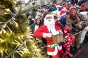 【世界各地迎聖誕】約3500人在立陶宛維爾紐斯(Vilnius)參加聖誕跑活動。圖片攝於2018年12月16日。(新華社)