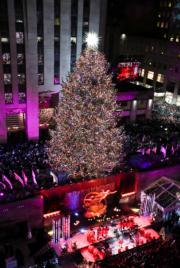 【世界各地迎聖誕】美國紐約Rockefeller中心點亮約22米高的聖誕樹。圖片攝於2018年11月28日。(新華社)