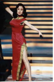 36F的身材著旗袍有曲線美。(資料圖片)