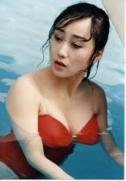 利智這輯紅色泳裝照好經典。(資料圖片)