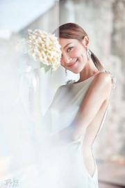 【2018最美新娘】陳凱琳的婚紗盡顯曲線身段,側邊的鏤空設計添誘人性感。(大會提供圖片)