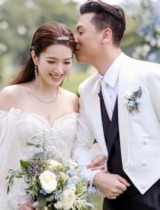 【2018最美新娘】苟芸慧(左)穿上露肩婚紗,輕露事業線。(苟芸慧Instagram圖片)