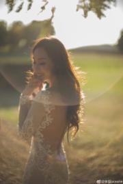 【2018最美新娘】朱璇穿上大露背款式的婚紗。(朱璇微博圖片)