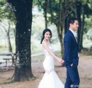 【2018最美新娘】林芊妤(左)的婚紗剪裁修腰,盡顯身形曲線。(林芊妤微博圖片)