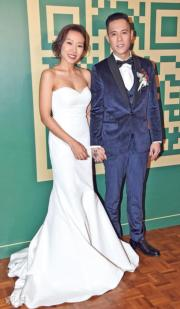 【2018最美新娘】卓韻芝(左)身穿露肩婚紗,剪裁貼身盡顯身形曲線。(鍾偉茵攝)