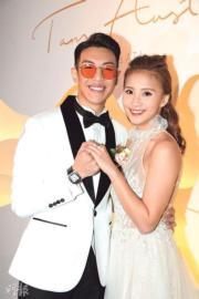【2018最美新娘】歐陽巧瑩(右)穿上白色露背婚紗,「封胸」只露背。(黃梓烜攝)