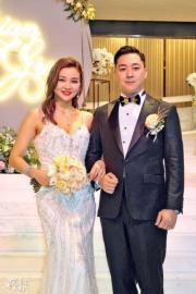 【2018最美新娘】張珮汶(左)穿着低胸吊帶貼身婚紗。(鍾一虹攝)