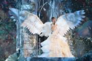 周慧敏入行30年,1月時在紅館舉行4場《一萬天荒愛未老 ‧ 周慧敏30周年演唱會》,穿上有翅膀的婚紗為演唱會揭開序幕。(資料圖片)