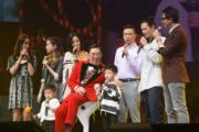 胡楓的6個孫仔孫女及兩個曾孫上台與他合唱,場面溫馨感人﹗(資料圖片)