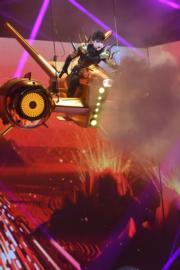 於《我們古巨基世界巡迴演唱會》上,古巨基坐上金色穿梭機在舞台半空現身。(資料圖片)