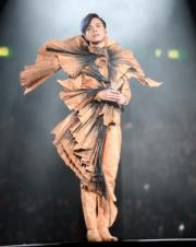 張敬軒這身造型令人想起梅艷芳1982年參加新秀歌唱比賽時的戰衣。(資料圖片 / 明報製圖)