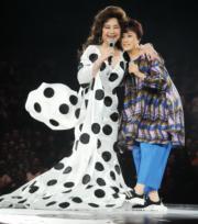 小鳳姐穿上招牌波點裙出場,還即興邀請蓋鳴暉上台合唱《帝女花之香夭》。(資料圖片)