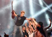成軍12年的樂隊Supper Moment舉行首次紅館演唱會,主唱Sunny走到台邊握手,令現場歌迷瘋狂。(資料圖片3