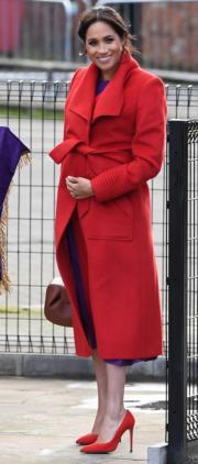 2019年1月14日,梅根穿上加拿大品牌Sentaler的紅色大褸及Aritzia紫色連身裙,配紅色「斗零踭」高跟鞋出席活動。(法新社)
