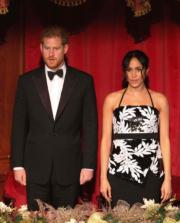 2018年11月19日,英國哈里王子(左)與梅根(右)在倫敦出席Royal Variety Performance活動。(法新社)