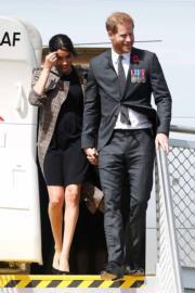 2018年10月28日,英國哈里王子與梅根飛抵新西蘭(Wellington International Airport Military Terminal)。(法新社)