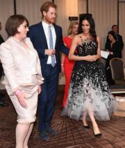 2018年10月26日,英國哈里王子 (中) 與梅根 (右) 在澳洲悉尼出席活動(the Australian Geographic Society Awards)。(法新社)