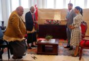 2018年10月26日,哈里王子(右二)與梅根(右一)與湯加首相波希瓦(Akilisi Pohiva)(左二)會面。(Kensington Palace twitter圖片)