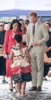 2018年10月25日,哈里王子(右)與梅根(左)到訪湯加。梅根穿上Self-Portrait紅色連身裙。(Kensington Palace twitter圖片)