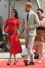 2018年10月25日,英國哈里王子 (右) 與梅根 (左) 抵達湯加。(法新社)